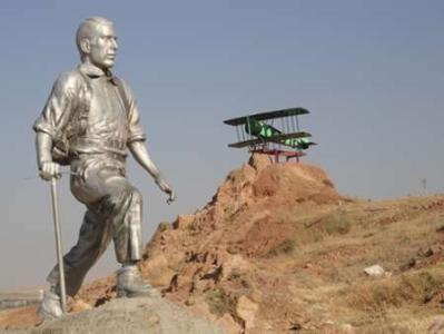 نصب ماکت هواپیمای کلنل پسیان در ارتفاعات عینالی تبریز