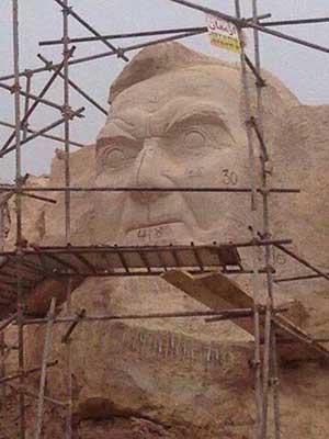خلق تندیس استاد شهریار بر صخرههای عینالی